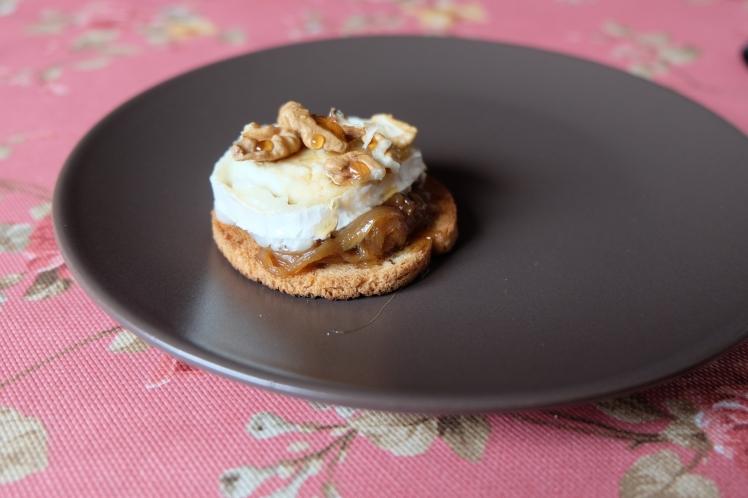 Tosta de queso de cabra y cebolla caramelizada