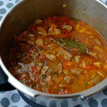 Carne guisada con verduras y setas